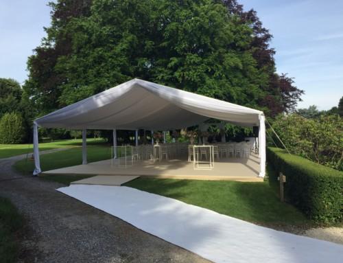 Cérémonie extérieure sous tente et décoration florale somptueuse