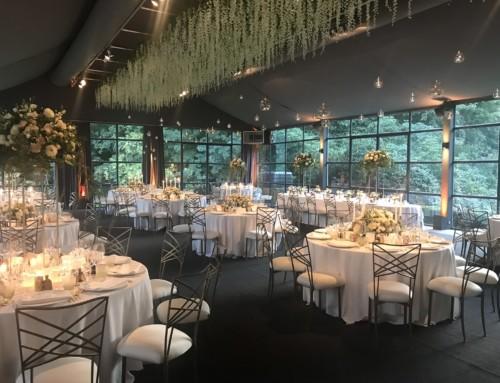 Mariage avec bar central et plafond de fleurs